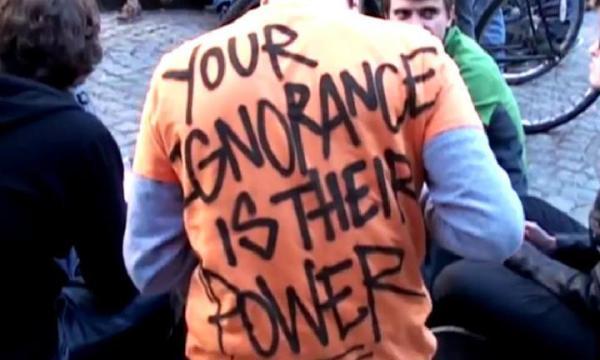 >> Cinco minutos para chegar a Humanae Libertas – O Rap da Nova Ordem Mundial + Tua ignorância é o poder deles, em mensagem de camiseta