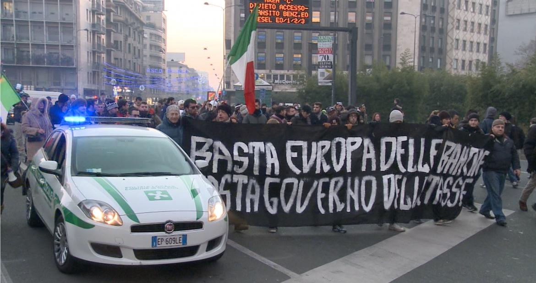 >> Cinco minutos de repúdio à Eurotirania e a favor das Soberanias Nacionais–manifestantes em Roma e Godfrey Bloom no Parlamento Europeu