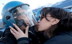 """>> iMundo 7 – Beijar pode ser muito perigoso, enquanto o real assédio é só para nos """"proteger"""""""