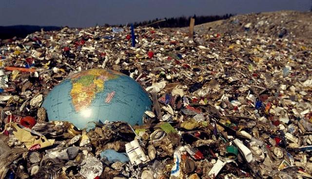 1369836713toneladas-de-lixo-em-locais-inadequados