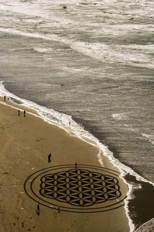 >> Amores Insólitos 59 – Arte Efêmera – areia sobre areia, nas obras de Andres Amador